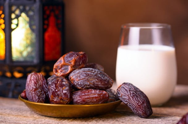 Eat dried dates and milk